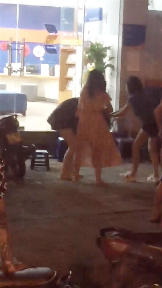 Nhóm thanh niên đánh nhau kinh hoàng trên phố, nam cầm tuýp sắt, nữ giật tóc, đạp túi bụi 1 cô gái-3
