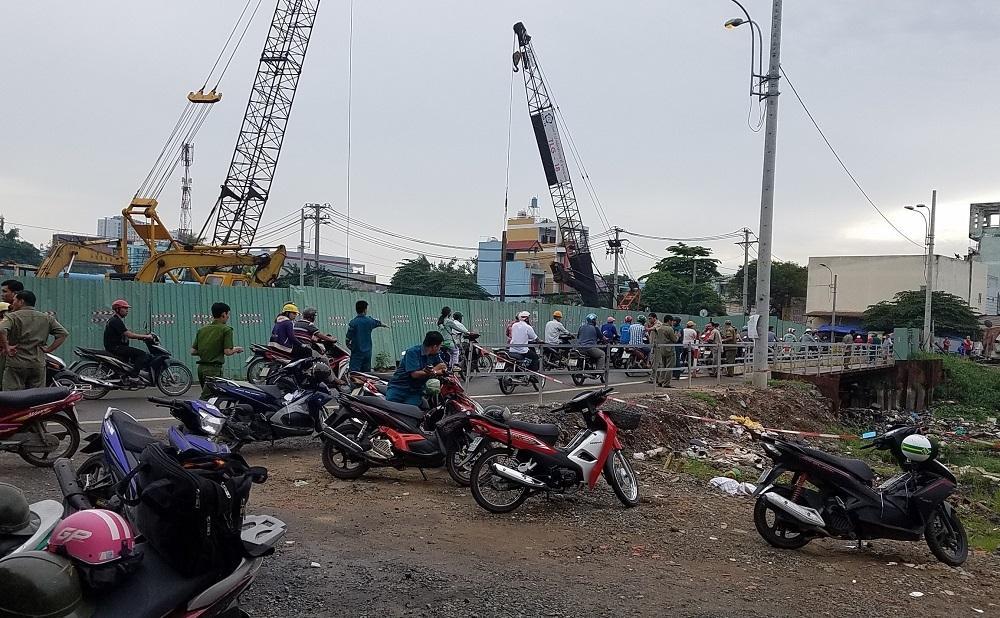 Con trai ngã quỵ nhận thi thể mẹ tử vong dưới mương nước Sài Gòn-1