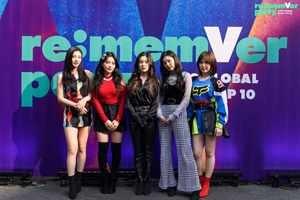 Fan chỉ trích stylist của Red Velvet vì để Joy diện bộ đầm nguy hiểm-3