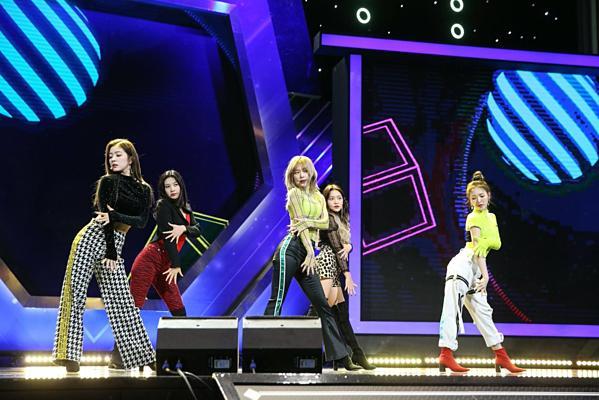 Fan chỉ trích stylist của Red Velvet vì để Joy diện bộ đầm nguy hiểm-4