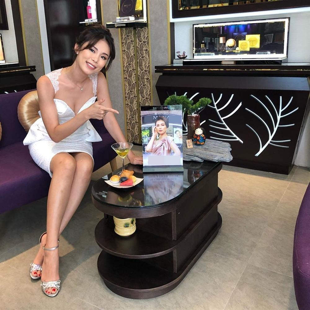 Bản tin Hoa hậu Hoàn vũ 11/6: Mặc đầm xuyên thấu lộ cả miếng dán ngực mà Phạm Hương vẫn không cuốn hút bằng mỹ nữ U50-4