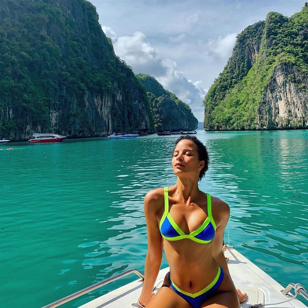 Bản tin Hoa hậu Hoàn vũ 11/6: Mặc đầm xuyên thấu lộ cả miếng dán ngực mà Phạm Hương vẫn không cuốn hút bằng mỹ nữ U50-9
