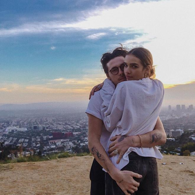 Con trai Beckham đắm đuối ôm hôn bạn gái trên biển-5