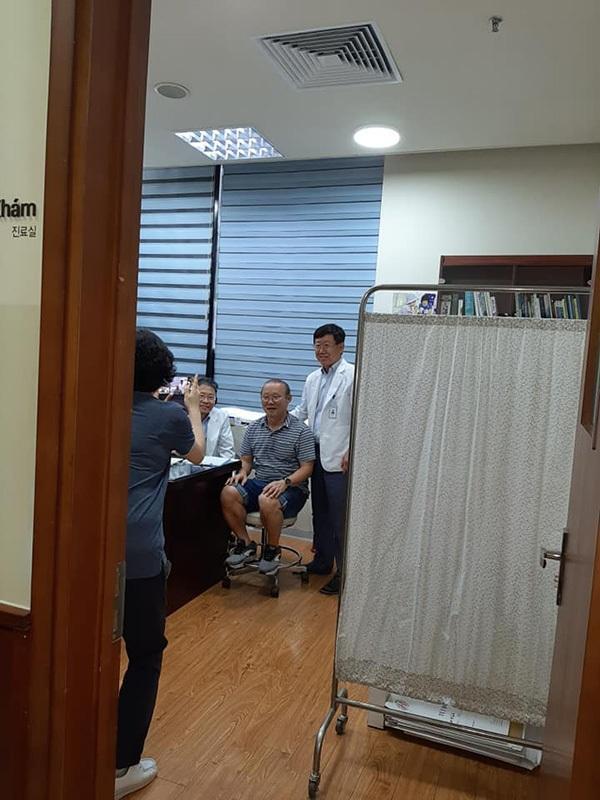 Hậu Kings Cup, thầy Park gặp căng thẳng phải vào viện nhưng vẫn cực thân thiện khi được bác sĩ xin chụp ảnh-1