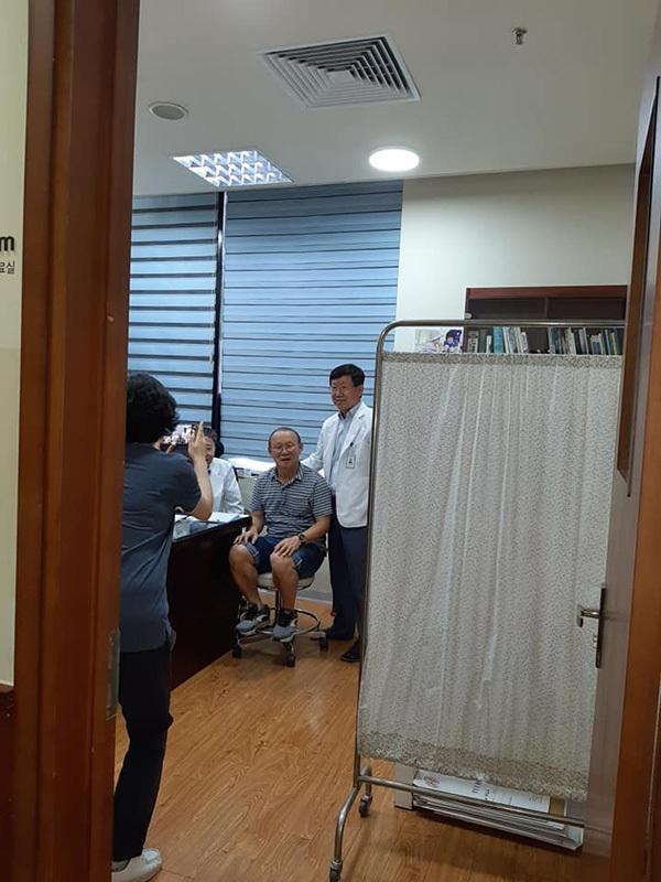 Hậu Kings Cup, thầy Park gặp căng thẳng phải vào viện nhưng vẫn cực thân thiện khi được bác sĩ xin chụp ảnh-2