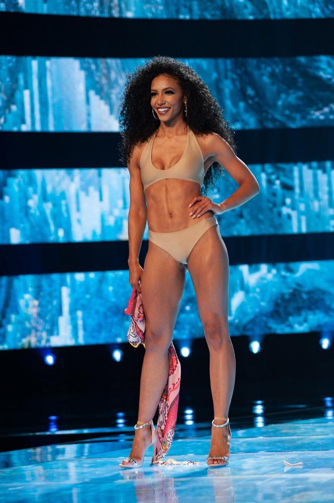 Gợi cảm hơn sau tăng cân nhưng Hoàng Thùy vẫn chưa đủ bốc lửa khi so kè thí sinh Miss Universe 2019-11