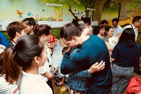 Một mình đi trao quà từ thiện tại bệnh viện, Kim Lý đã gọi khóc với Hà Hồ đến 10 phút vì điều này-1