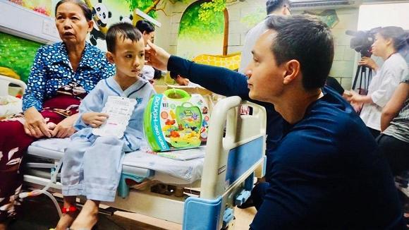 Một mình đi trao quà từ thiện tại bệnh viện, Kim Lý đã gọi khóc với Hà Hồ đến 10 phút vì điều này-3