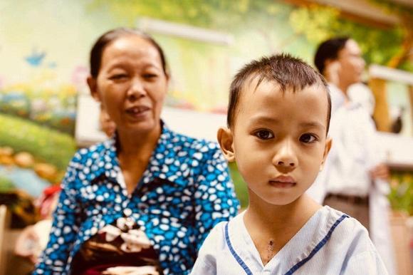 Một mình đi trao quà từ thiện tại bệnh viện, Kim Lý đã gọi khóc với Hà Hồ đến 10 phút vì điều này-4