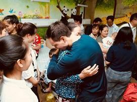 Một mình đi trao quà từ thiện tại bệnh viện, Kim Lý đã gọi khóc với Hà Hồ đến 10 phút vì điều này