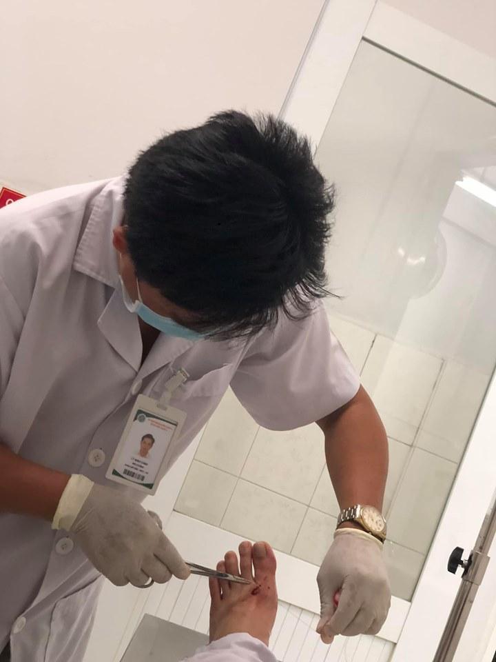 Diễn viên Anh Đức nhập viện may nhiều mũi vì cửa nhà tắm bị vỡ khiến mảnh kính bắn vào người-2