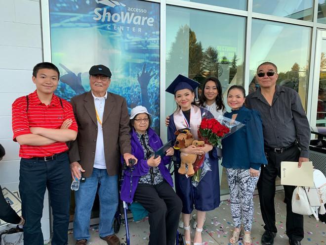 Minh Như được Hương Tràm khen hát hay tại lễ tốt nghiệp ở Mỹ-1