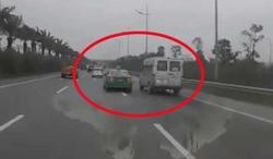 Clip: Xem cảnh xe khách và taxi 'ăn miếng trả miếng', rượt đuổi nhau như phim hành động mà 'rớt tim' ra ngoài