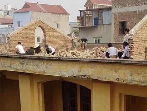Học sinh bị phạt đẽo gạch trên sân thượng giữa trời nắng 40 độ C khiến MXH phẫn nộ-2