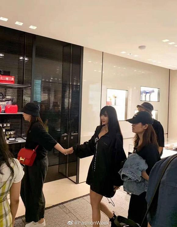Fan đứng hình không nhận ra Dương Mịch khi cô đổi kiểu tóc, xuất hiện với style cực ngầu tại Milan-1