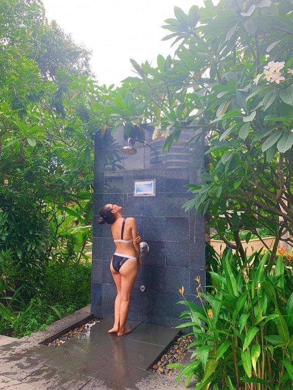 Ở tuổi 35, Phương Linh khoe vòng ba khủng với bikini đứng tắm dưới vòi sen ngoài trời-1