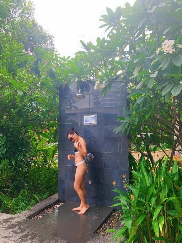 Ở tuổi 35, Phương Linh khoe vòng ba khủng với bikini đứng tắm dưới vòi sen ngoài trời-2