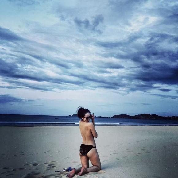 Ở tuổi 35, Phương Linh khoe vòng ba khủng với bikini đứng tắm dưới vòi sen ngoài trời-3
