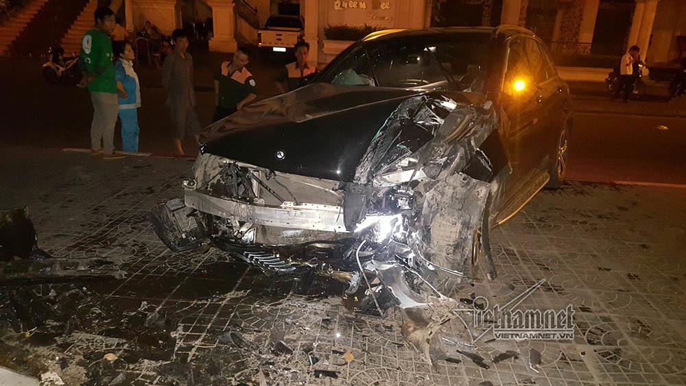 Xe Mercedes nát đầu khi đâm vào chân cầu vượt Láng Hạ lúc nửa đêm-1