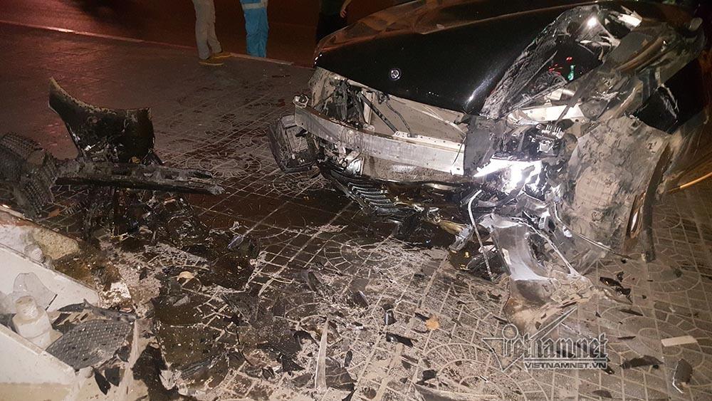 Xe Mercedes nát đầu khi đâm vào chân cầu vượt Láng Hạ lúc nửa đêm-4