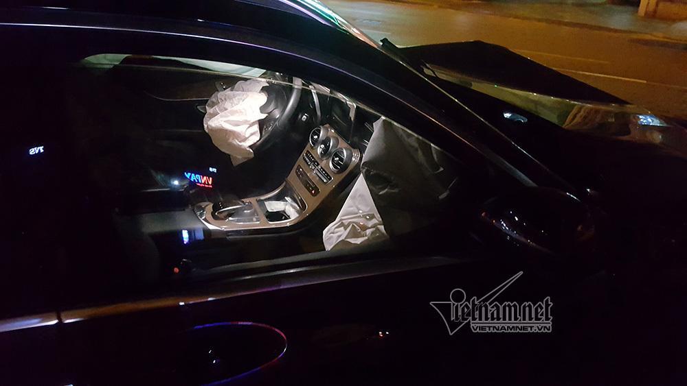 Xe Mercedes nát đầu khi đâm vào chân cầu vượt Láng Hạ lúc nửa đêm-2