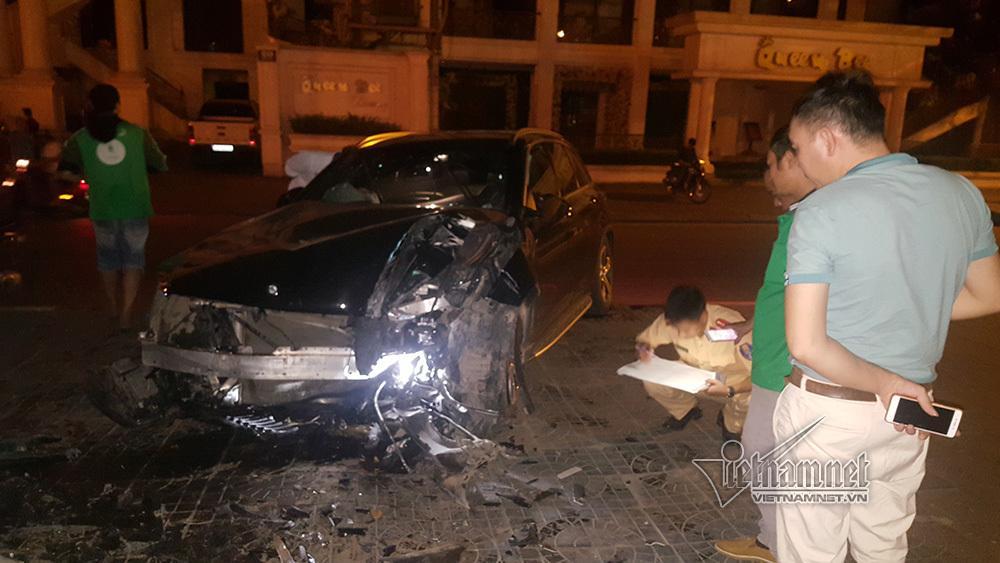 Xe Mercedes nát đầu khi đâm vào chân cầu vượt Láng Hạ lúc nửa đêm-3