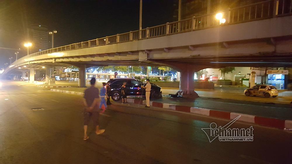 Xe Mercedes nát đầu khi đâm vào chân cầu vượt Láng Hạ lúc nửa đêm-6