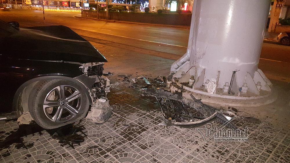 Xe Mercedes nát đầu khi đâm vào chân cầu vượt Láng Hạ lúc nửa đêm-5