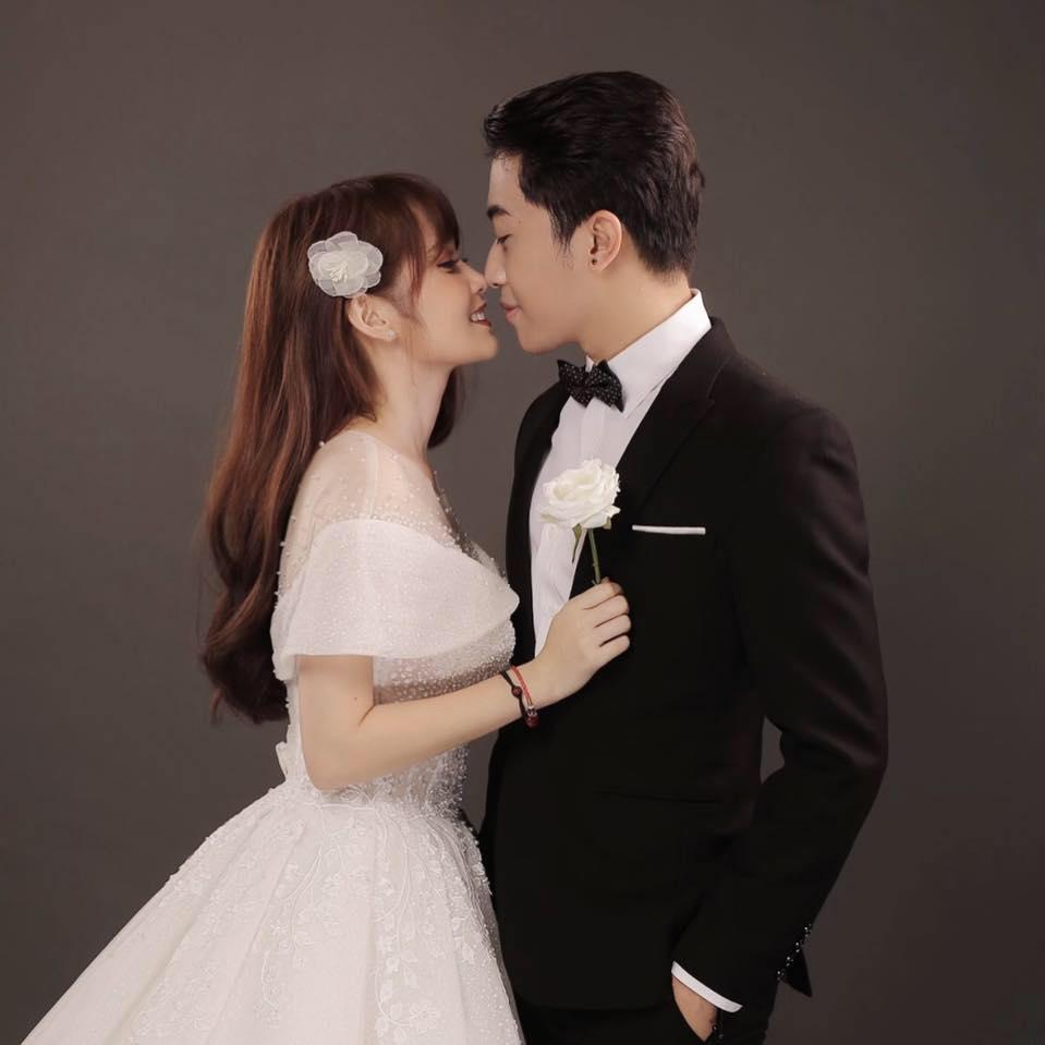 2 ngày trước đám cưới, Cris Phan khiến ai cũng hoang mang khi đăng ảnh cùng Mai Quỳnh Anh rồi phát ngôn sốc: Chọc chó cực mạnh-3