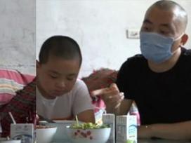 Câu chuyện cậu bé ăn 5 bữa mỗi ngày để tăng cân cứu mạng cha bệnh nặng lay động hàng triệu trái tim