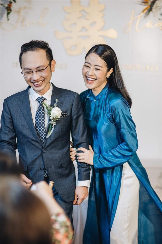 MC Phí Linh mặc áo dài thập niên cũ, e ấp bên ông xã Phó trưởng phòng VTV4 trong lễ ăn hỏi-8
