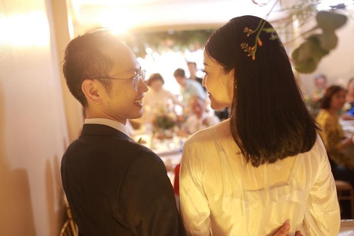 MC Phí Linh mặc áo dài thập niên cũ, e ấp bên ông xã Phó trưởng phòng VTV4 trong lễ ăn hỏi-11