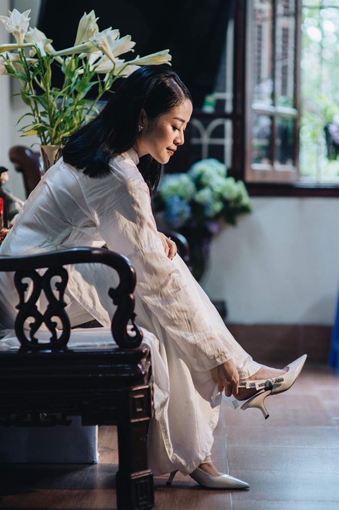 MC Phí Linh mặc áo dài thập niên cũ, e ấp bên ông xã Phó trưởng phòng VTV4 trong lễ ăn hỏi-1