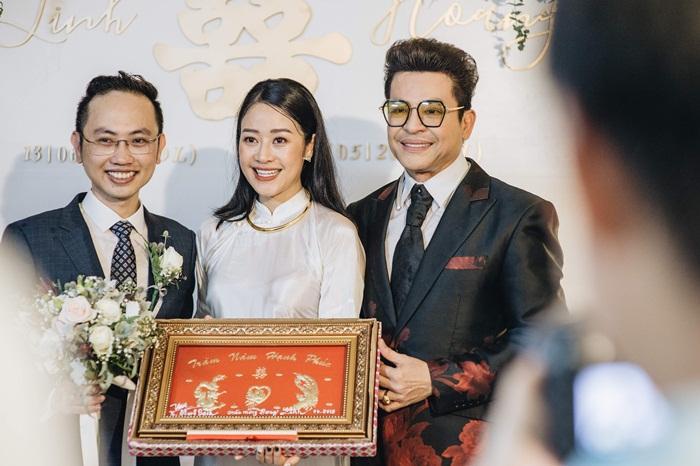 MC Phí Linh mặc áo dài thập niên cũ, e ấp bên ông xã Phó trưởng phòng VTV4 trong lễ ăn hỏi-10