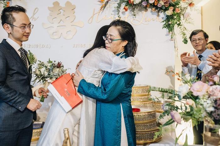 MC Phí Linh mặc áo dài thập niên cũ, e ấp bên ông xã Phó trưởng phòng VTV4 trong lễ ăn hỏi-9