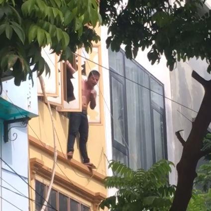 Clip: Thanh niên Thủ đô trèo ra ngoài cửa sổ tầng 3 đứng vắt vẻo, lúc thì đu dây như khỉ, khi thì cầm dao tự dí vào cổ rồi chửi bới inh ỏi-2