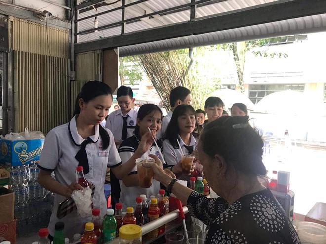 Căng tin trường tặng trà chanh miễn phí tri ân học sinh khối 12-2