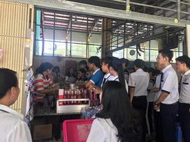 Căng tin trường tặng trà chanh miễn phí tri ân học sinh khối 12