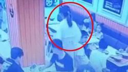 Clip: Bé 1 tuổi gây ồn ào tại nhà hàng, bà bầu 'nổi điên', hất cả bát đồ ăn nóng vào mặt