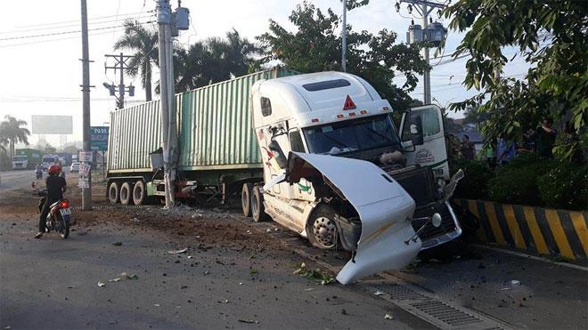 Tai nạn kinh hoàng: Xe container tông bẹp dúm ô tô 4 chỗ, nhìn hiện trường mà rùng mình sợ hãi-1