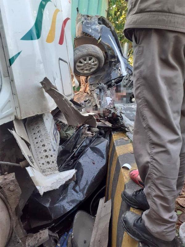Tai nạn kinh hoàng: Xe container tông bẹp dúm ô tô 4 chỗ, nhìn hiện trường mà rùng mình sợ hãi-3