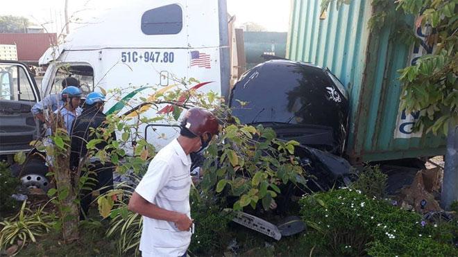 Tai nạn kinh hoàng: Xe container tông bẹp dúm ô tô 4 chỗ, nhìn hiện trường mà rùng mình sợ hãi-2