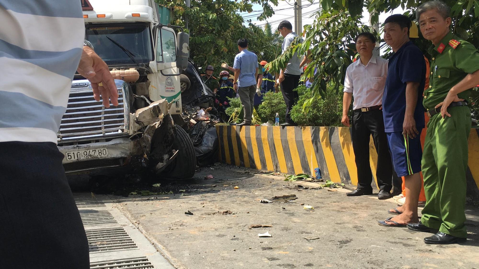 Vụ container tông bẹp dúm ô tô 4 chỗ: Tài xế và 4 người trong cùng một gia đình đã tử vong-3