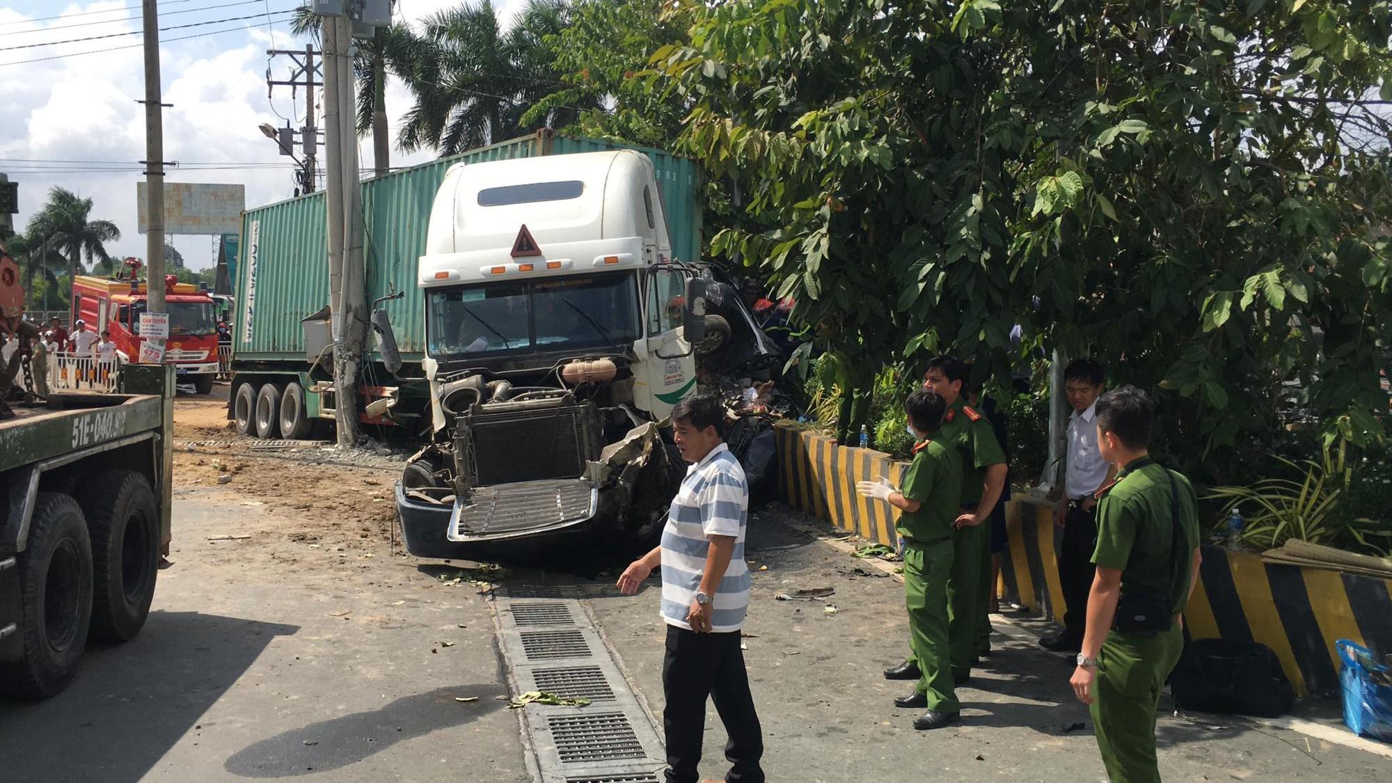 Vụ container tông bẹp dúm ô tô 4 chỗ: Tài xế và 4 người trong cùng một gia đình đã tử vong-1