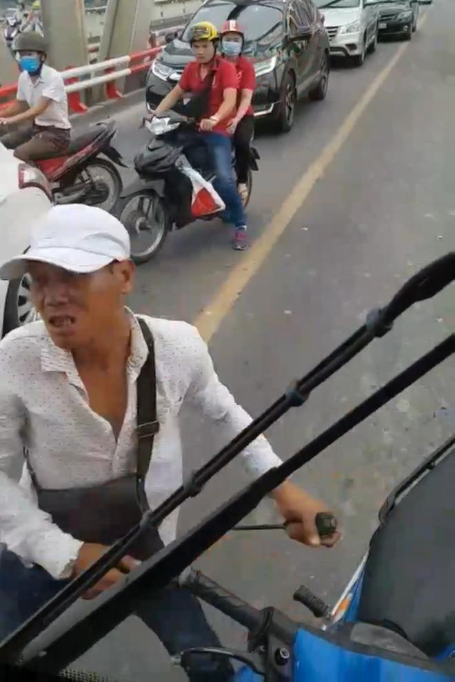 Clip: Thanh niên 'hổ báo' cầm hung khí chặn đầu xe bus trên cầu Chương Dương đòi xử tài xế-2