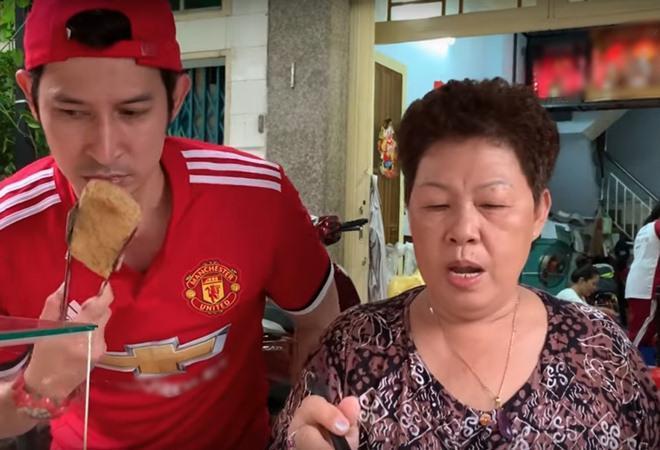 Vợ chồng Huy Khánh thách nhau đi ăn đậu phụ thối nhưng tội nghiệp nhất là... anh quay phim-1