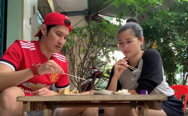 Vợ chồng Huy Khánh thách nhau đi ăn đậu phụ thối nhưng tội nghiệp nhất là... anh quay phim-8