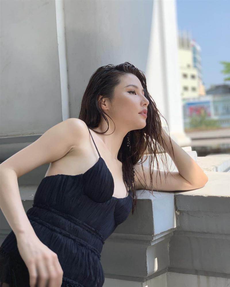 Ồn ào váy áo phản cảm vừa lắng, Ngọc Trinh lại ăn diện sexy xuống phố thu hút mọi ánh nhìn-2