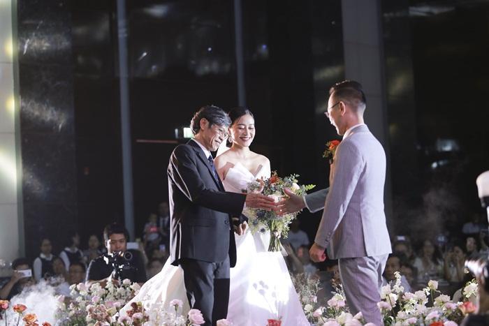 Chú rể quyền lực ở VTV tình tứ trao nhẫn, tiết lộ giấc mơ đặc biệt khiến anh phải cưới Phí Linh làm bạn đời-9