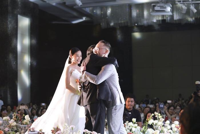 Chú rể quyền lực ở VTV tình tứ trao nhẫn, tiết lộ giấc mơ đặc biệt khiến anh phải cưới Phí Linh làm bạn đời-10